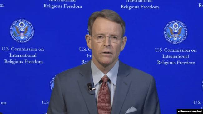 美国国际宗教自由委员会(USCIRF)副主席伯金斯 (Tony Perkins)通过Skype接受美国之音专访