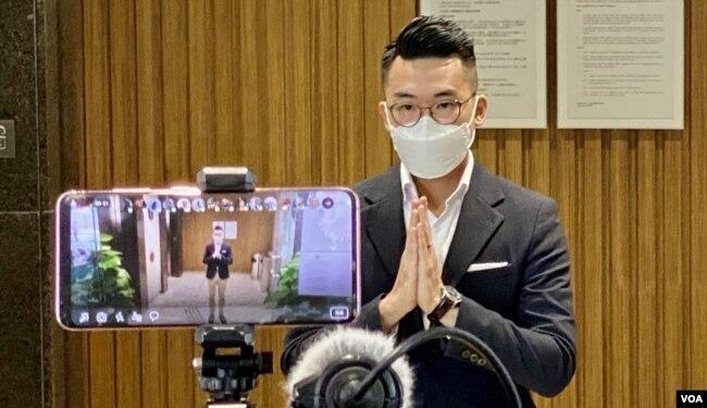 南区区议员彭卓棋进入法庭前向传媒致意 (美国之音/汤惠芸)