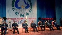 De gauche à droite, les présidents Ali Bongo Ondimba du Gabon, Idriss Deby du Tchad, Theodoro Obiang Nguema de la Guinée équatoriale, Denis Sassou Nguesso du Congo, Paul Biya du Cameroun, François Bozize de la Centrafrique et le président de la Communauté
