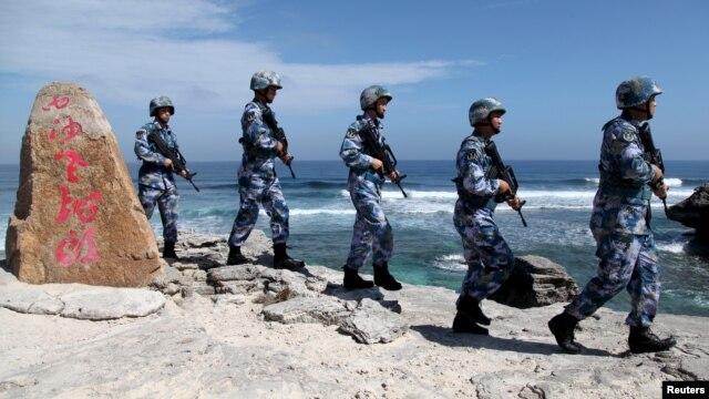 Binh sĩ Quân đội Giải phóng Nhân dân Trung Quốc (PLA) tuần tra trên đảo Phú Lâm, thuộc quần đảo Hoàng Sa, ngày 29/1/2016.