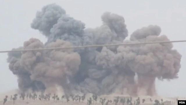 Bộ trưởng Michael Fallon nói rằng hầu hết những vụ không kích của Nga là nhắm vào các nhóm nổi dậy khác ở Syria, kể cả nhóm Quân đội Syria Tự do được Tây phương hỗ trợ.