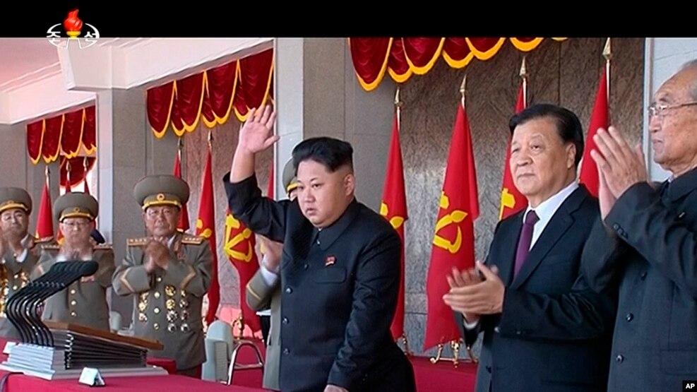 """金正恩(中)2015年10月10日同刘云山(右二)一道观看朝鲜""""劳动党""""建党70周年阅兵式"""