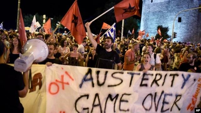 Những người ủng hộ biện pháp 'Chống' ăn mừng sau kết quả cuộc trưng cầu dân ý ở thành phố cảng Thessaloniki, miền bắc Hy Lạp, 5/7/2015.