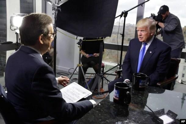 """Tổng thống đắc cử Donald Trump (phải) được nhà báo Chris Wallace của chương trình """"Fox News Sunday"""" phỏng vấn tại tòa nhà Trump Tower ở New York, ngày 10 tháng 12, 2016."""