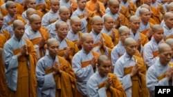 Các nhà sư cầu nguyện cho ông Trần Đại Quang ở TP HCM hôm 23/9.