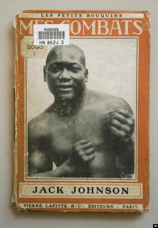 """Las memorias de 1914 del boxeador estadounidense Jack Johnson """"Mes Combats"""" (Mis peleas), en la Biblioteca Widener de la Universidad de Harvard, en Cambridge, Massachusetts. 1 de noviembre de 2007."""