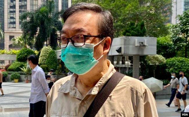 前立法会议员张文光7月23日就去年六四未经批准集结案到区域法院应讯,他表示计划认罪(美国之音/汤惠芸)
