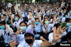 Pengunjuk rasa dan mahasiswa antipemerintah menyambut Menteri Pendidikan Thailand Nataphol Teepsuwan dengan hormat tiga jari selama demonstrasi di Bangkok, Thailand, 5 September 2020. (Foto: Reuters)