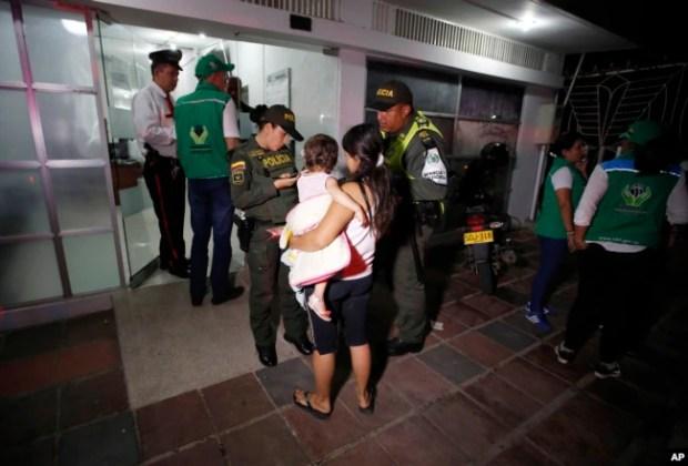 En esta foto del 26 de junio de 2018, la policía acompaña a la venezolana Eliusmar Guerrero, de 17 años, y su hija de 1 año y medio, a una oficina de bienestar infantil, donde puede conseguir comida y un lugar temporal para dormir en Cúcuta, Colombia.