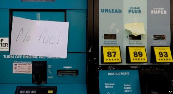 Un aviso alerta que se ha terminado la gasolina en una estación de gasolina en El Campo, Texas. Septiembre 1, 2017.