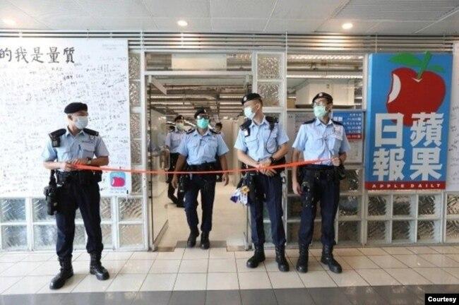 2020年8月10日,香港警方搜查壹传媒大楼。(苹果日报图片)