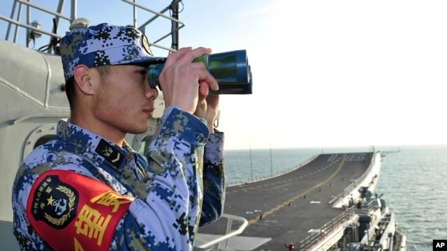 Binh sĩ hải quân Trung Quốc trên tàu sân bay Liêu Ninh ở Biển Ðông.