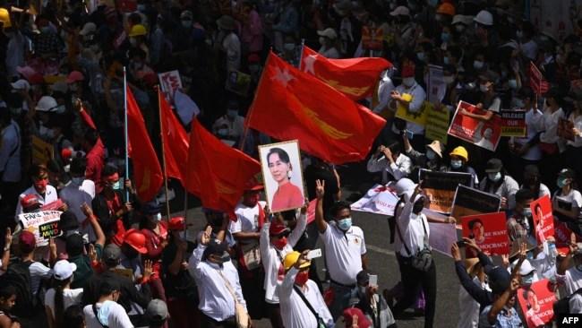 缅甸抗议者们星期三在仰光举行反对军政府的大规模示威活动。(2021年2月17日)