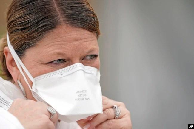 Perawat Yvette Laugere mengenakan masker N95 saat bekerja di lokasi pengujian COVID-19 gratis di United Memorial Medical Center, Houston, Kamis, 2 April 2020.