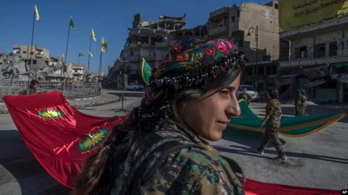 Una combatiente de las Unidades de Protección de Mujeres, o YPJ, celebra en la Plaza Paraíso la victoria sobre ISIS en Raqqa.