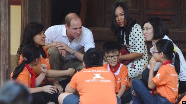 Hoàng tử William nói chuyện với học sinh khi đến thăm một trường tiểu học ở trung tâm Hà Nội, 16/11/2016.