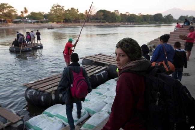 En la nueva caravana de migrantes hondureños avanzan mujeres y niños.
