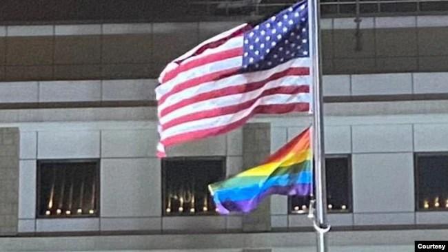 2021年6月4日,美国驻港澳总领事馆在所在建筑窗边点亮悼念蜡烛纪念天安门广场32周年。(照片来自美国驻港澳总领事馆脸书)