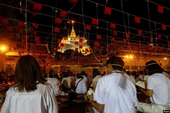 Người dân Thái Lan cầu nguyện trước thềm năm mới tại ngôi đền Golden mountain, hay còn gọi là Wat Saket, tại thủ đô Bangkok.