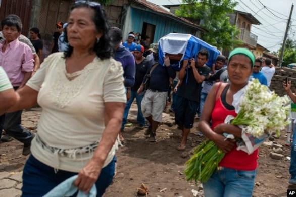 Amigos y familiares cargan el ataúd de José Esteban Sevilla Medina, que murió luego de recibir un disparo en el pecho en una barricada durante un ataque de la policía y fuerzas paramilitares, en el barrio Monimbó en Masaya, Nicaragua, 16 de julio de 2018.