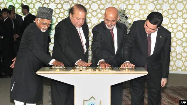 Tổng thống Afghanistan Ashraf Ghani, Thủ tướng Pakistan Nawaz Sharif, và Phó Tổng thống Ấn Ðộ  Hamid Ansari cùng với Tổng thống Turkmenistan, ông Gurbanguly Berdimuhamedoy dự lễ khởi công dự án ở thành phố Mary thuộc miền trung Turkmenistan, ngày 13/12/2015.