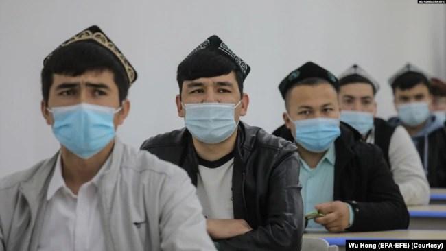 资料照:中国政府组织外国记者参观新疆乌鲁木齐伊斯兰学校里的少数民族学生上课。(2021年4月22日)