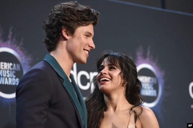 """Shawn Mendes y Camila Cabello posan en la sala de prensa con el premio por colaboración del año por """"Señorita"""" en los American Music Awards el 24 de noviembre de 2019, en el Teatro Microsoft en Los Angeles."""