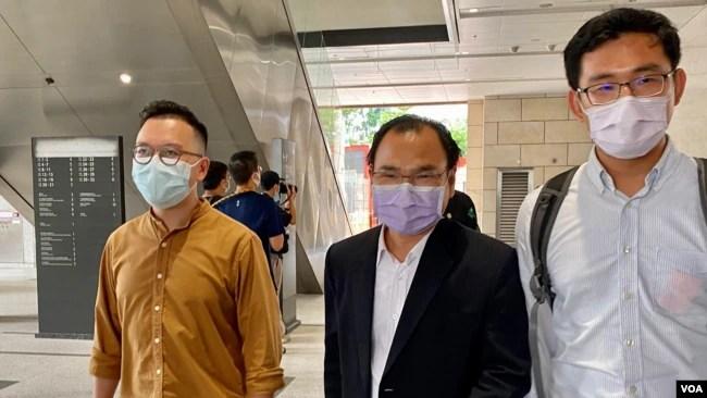香港民主派初选47人案其中两名获准保释的被告,民协前区议员施德来(右一)与何启明(左一)9月23日到西九龙裁判法院应讯 (美国之音/汤惠芸)