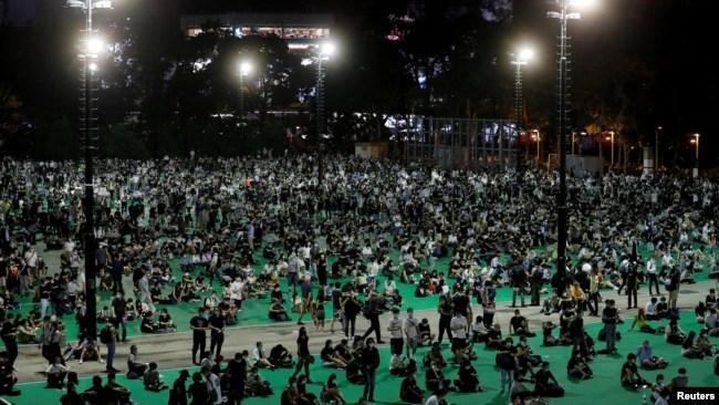 2020年6月4日晚上的香港维多利亚公园,抗议者参加六四烛光纪念晚会,纪念1989年北京天安门广场民主抗议镇压31周年。香港警方以防疫为由拒绝批准支联会举办这个大规模年度纪念晚会。