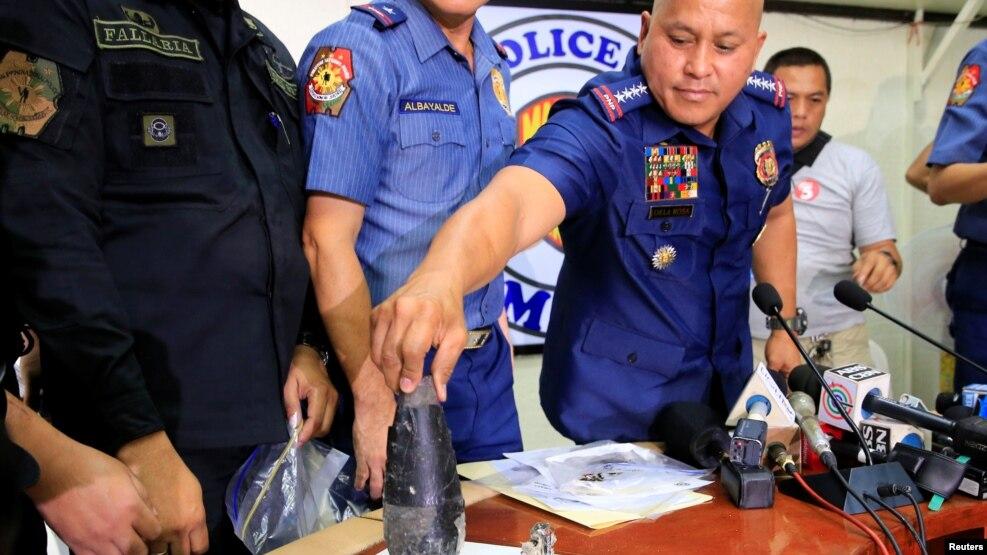 Cảnh sát trưởng quốc gia Ronald Dela Rosa (phải) cầm một phần của thiết bị nổ tự chế được tìm thấy gần đại sứ quán Mỹ trong một cuộc họp báo tại trụ sở cảnh sát ở Manila, Philippines, ngày 28/11/2016.