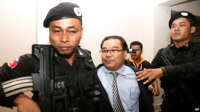Thượng nghị sĩ đối lập Hong Sok Hour (giữa) bị cảnh sát dẫn đi tại Tòa án Thành phố Phnom Penh, Campuchia, ngày 15 tháng 8, 2015.