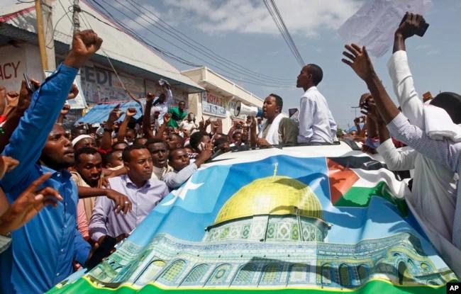 Somalis protest against President Donald Trump's decision to recognize Jerusalem as the capital of Israel, in Mogadishu, Somalia Dec. 8, 2017.