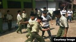 Para siswa MII Plosogenuk, Perak, Jombang bermain bersama para siswa SD Kristen Petra Jombang (foto: courtesy).