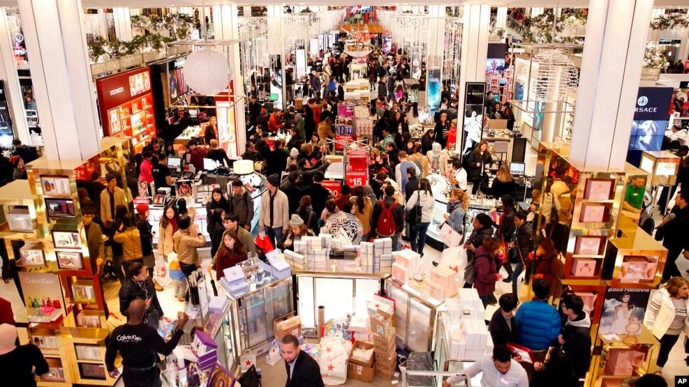 Khách tiêu thụ mua sắm dịp Black Friday ở cửa hàng Macy's, thành phố New York, 24/11/2016.
