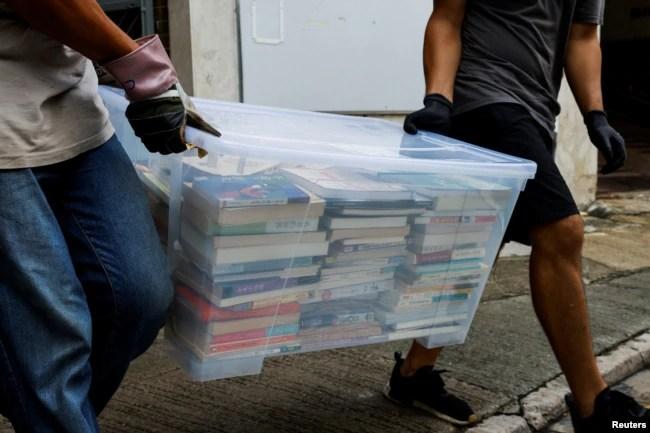 """港警突袭并搜查学生组织""""贤学思政""""的会址和仓库,带走电脑书籍等物品。(2021年9月20日)"""