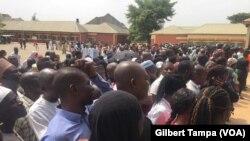Les électeurs Nigerians devant un bureau de vote à Model primary school à Maitama au centre ville d'Abuja, le 23 février 2019. (VOA/Gilbert Tampa)
