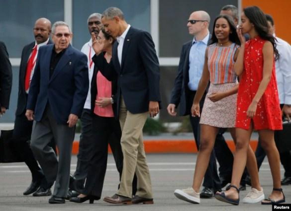 El expresidente de EE.UU. Barack Obama y sus hijas Malia and Sasha acompañados del presidente de Cuba, Raúl Castro, caminan hacia el aeropuerto de La Habana al final de la visita de la histórica visita del mandatario estadounidense. Marzo 22 de 2016.