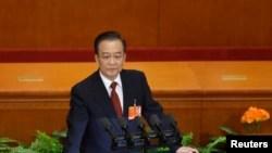时任中国总理的温家宝在全国人大年度会议上讲话。(2013年3月5日)