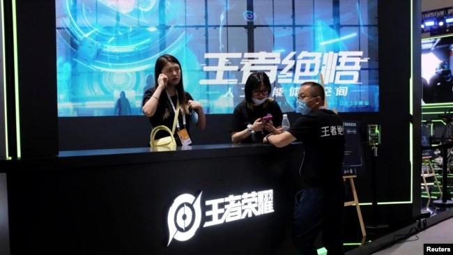 上海举行的世界人工智能大会腾讯游戏《王者荣耀》的展台。(2021年7月8日)