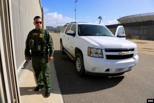 U.S. Border Patrol Agent Saul Rocha monitors the wall at California's Border Field State Park. (R. Taylor/VOA)