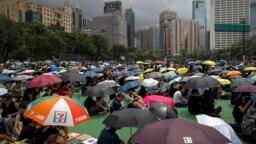 Personas con sombrillas se reúnen en el Victoria Park para participar en una protesta contra el proyecto de ley de extradición en Hong Kong, el 11 de agosto de 2019.