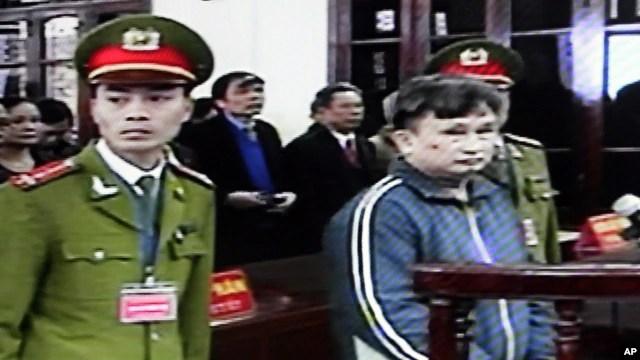 Ông Trần Anh Kim tại phiên xử ngày 29/12/2009 ở tỉnh Thái Bình. Hôm 7/1/2015, ông Kim đã mãn hạn 5 năm rưỡi tù giam về tội 'hoạt động nhằm lật đổ chính quyền' vì tham gia cổ xúy dân chủ-nhân quyền trong nước.
