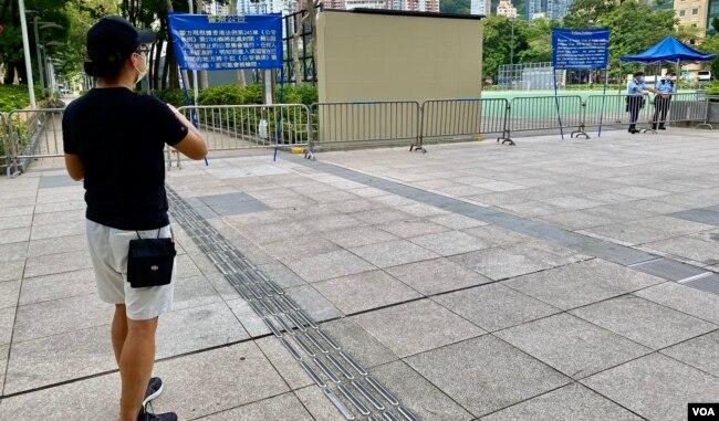 由2003年开始每年都参与7-1游行的香港市民殷先生表示,今年游行再次被禁,他独自一人到被围封的游行起点维园外,打算自己走完原定的游行路线,显示香港人心不死(美国之音/汤惠芸)