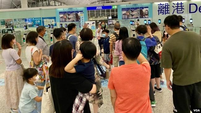 """香港时间7月18日晚英国LOTR安排届满前夕,大批香港人赶上前往英国的""""尾班机"""",可以在坻达英国后再申请BNO5+1移民签证,香港机场笼罩在一片离愁别绪中,气氛凝重(美国之音/汤惠芸)"""