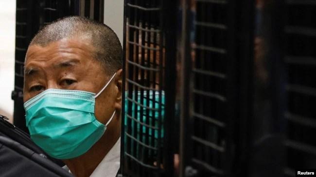 """香港政府加速对""""反送中""""参与者秋后算帐的同时,香港人逃向世界各地寻求庇护。图为香港著名媒体人、73岁的黎智英2021年2月9日乘囚车抵达香港终审法院(路透社资料照)"""