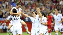 Kelley O'Hara (số 5) ăn mừng sau khi ghi bàn thắng thứ hai cho đội tuyển Mỹ.