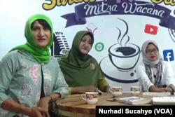 "Yuni Shara, Shinta Ratri dan penulis buku ""Santri Waria"", Masthuriyah Sa'dan. (Foto: VOA/Nurhadi Sucahyo)"