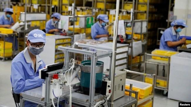 资料照:中国政府组织记者参观北京一个生产电子产品的工厂。(2020年5月13日)