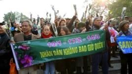 Người biểu tình giương biểu ngữ tưởng niệm 40 năm Hoàng Sa bị Trung Quốc cưỡng chiếm tại vườn hoa Lý Thái Tổ, Hà Nội, ngày 19 tháng 1, 2014.
