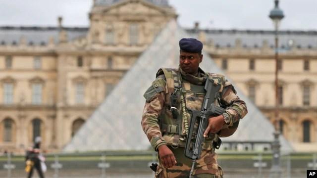 Một binh sĩ Pháp tuần tra ở phía trước bảo tàng Louvre ở Paris hôm 17/11.